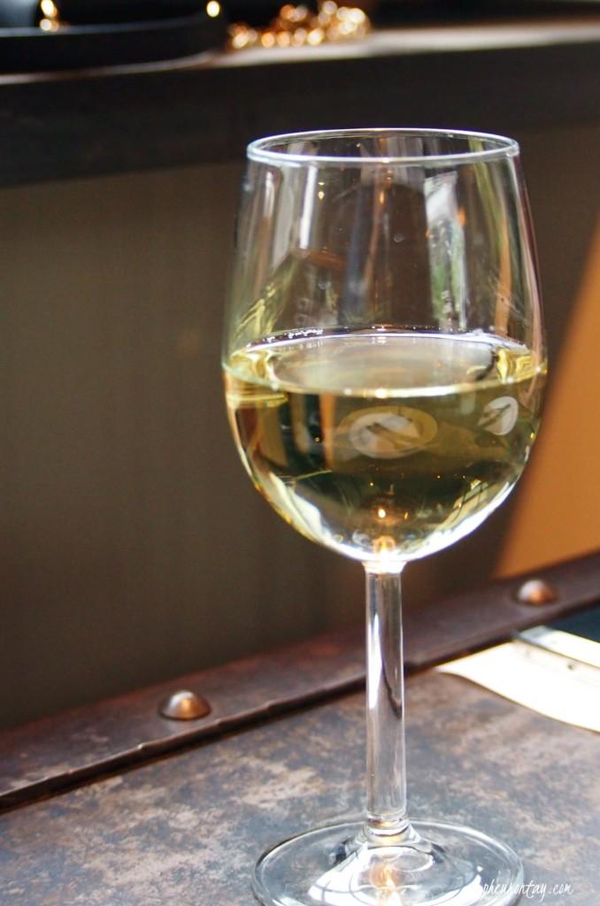 Cafe ando white wine house pour
